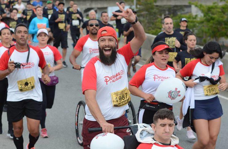 O Grupo Pernas de Aluguel também esteve presente na Timão Run 2018 e fez a alegria de jovens com deficiência. (Crédito Divulgação)
